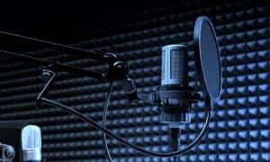 Microfono y cascos estudio de doblaje